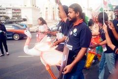 拿着在和谐世界木偶狂欢节的演员木偶在曼谷 免版税库存照片