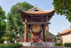 拿着在国子监的边的方形大厦一个鼓在第五个庭院的文学或范Mieu寺庙的  鼓是2 01 免版税库存照片