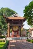 拿着在国子监的边的方形大厦一个鼓在第五个庭院的文学或范Mieu寺庙的  鼓是2 01 库存图片