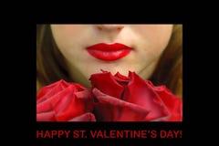 拿着在她的嘴的年轻红发妇女一朵玫瑰 库存图片