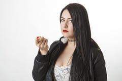 拿着在她的手指的一个药片 库存照片