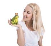拿着在她的手概念的被隔绝的白肤金发的妇女一只青蛙l的 免版税库存照片