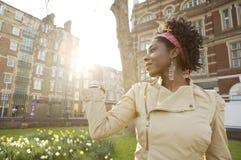 妇女日落城市。 免版税库存照片