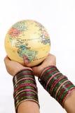 拿着在她的现有量的妇女地球 免版税库存图片