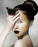 拿着在她的现有量的浪漫妇女蝴蝶。 幻想 免版税库存照片