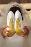 拿着在她的现有量的鞋子 库存照片