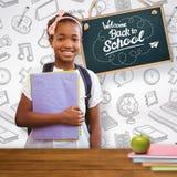 拿着在学校走廊的小女孩的综合图象文件夹 免版税库存图片