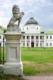 拿着在它的爪子的狮子雕象盾 倾斜在空的纹章学盾的豪华狮子在城堡入口附近 宫殿和 图库摄影