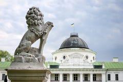 拿着在它的爪子的狮子雕象盾 倾斜在空的纹章学盾的豪华狮子在城堡入口附近 宫殿和 库存图片