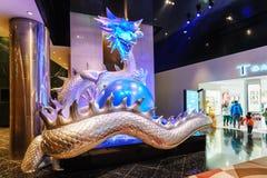 拿着在它的爪的五颜六色的中国龙大被阐明的雕塑珍珠在梦想澳门手段硬岩旅馆wi城市 库存图片
