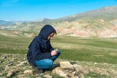 拿着在山的旅客一个指南针 免版税库存图片