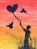 拿着在心脏形状的人气球  在泥的价值 爱和生活题材  库存图片