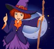 拿着在新月形月亮前面的巫婆一根棍子 免版税图库摄影