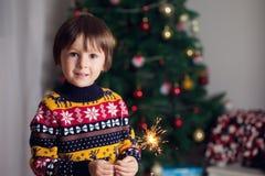 拿着在新年的Ev的美丽的小孩灼烧的闪烁发光物 库存图片