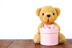 拿着在木头的玩具熊礼物盒 免版税图库摄影