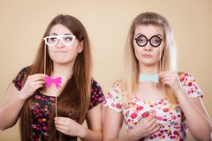 拿着在棍子的两名严肃的妇女狂欢节accessoies 库存图片