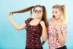拿着在棍子的两名妇女狂欢节accessoies 库存图片