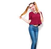 拿着在棍子的十几岁的女孩滑稽的纸玻璃 图库摄影