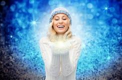 拿着在棕榈的冬天帽子的妇女神仙的尘土 库存图片