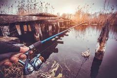 拿着在河的人实心挑料铁杆 捕鱼 库存图片