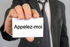拿着在法国电话被写我的卡片的商人 皇族释放例证