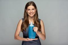 拿着在瓶的微笑的妇女更加干净的产品 库存图片