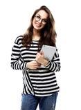 拿着在白色的一名微笑的偶然妇女的画象片剂计算机 库存照片