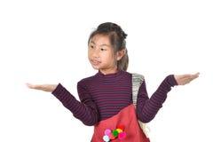 拿着在白色的亚裔女孩红色织品袋子 免版税图库摄影