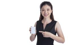 拿着在白色的女实业家无具体金额的信用证卡片 免版税库存照片