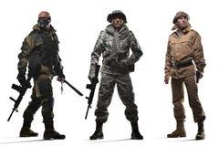 拿着在白色背景的三个特种部队人一挺机枪 库存图片