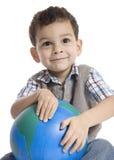 拿着在白色背景的小男孩地球 免版税库存照片