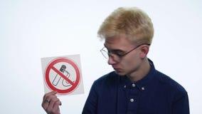 拿着在白色背景的年轻人标志`禁烟` 影视素材