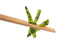 拿着在白色背景的筷子油煎的海草 图库摄影