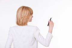 拿着在白色背景的年轻美丽的妇女画象一支笔 在老笔纤管滚动葡萄酒文字黄色附近仍然登记概念生活 库存照片