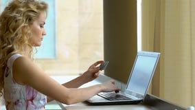 拿着在礼服信用卡和使用键盘的妇女为网上购物 影视素材