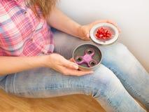 拿着在礼物盒的女孩一个五颜六色的手坐立不安锭床工人玩具 库存图片