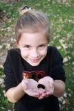 拿着在秋天的女孩毛虫 免版税图库摄影