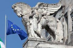 拿着在米兰的主要火车站的一个人的雕象一匹飞过的马 免版税库存照片