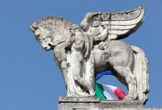 拿着在米兰的主要火车站的一个人的雕象一匹飞过的马 免版税库存图片