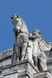 拿着在米兰的主要火车站的一个人的雕象一匹飞过的马 图库摄影