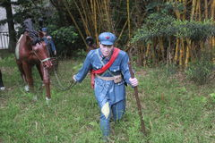 拿着在红军Parkï ¼ Œshenzhen,瓷的战士雕象一匹马 图库摄影