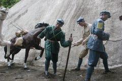拿着在红军Parkï ¼ Œshenzhen,瓷的战士雕象一匹马 库存照片