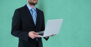 拿着在色的背景的商人的中央部位膝上型计算机 向量例证