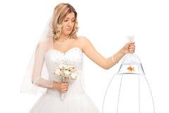 拿着在袋子的新娘一条鱼与孔 免版税图库摄影