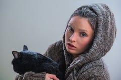拿着在霜的年轻亲切的妇女大恶意嘘声 免版税库存图片