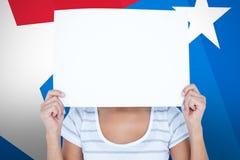 拿着在面孔前面的妇女的综合图象空白的标志 库存图片