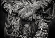 拿着在黑白的天使雕象细节一个花圈 免版税库存照片