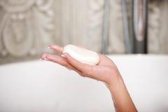 拿着在浴的妇女一块肥皂 库存图片