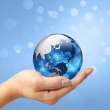 拿着在他的手上的一个人地球 免版税库存照片