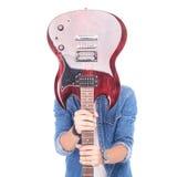 拿着在他的面孔的偶然吉他弹奏者吉他 免版税库存图片
